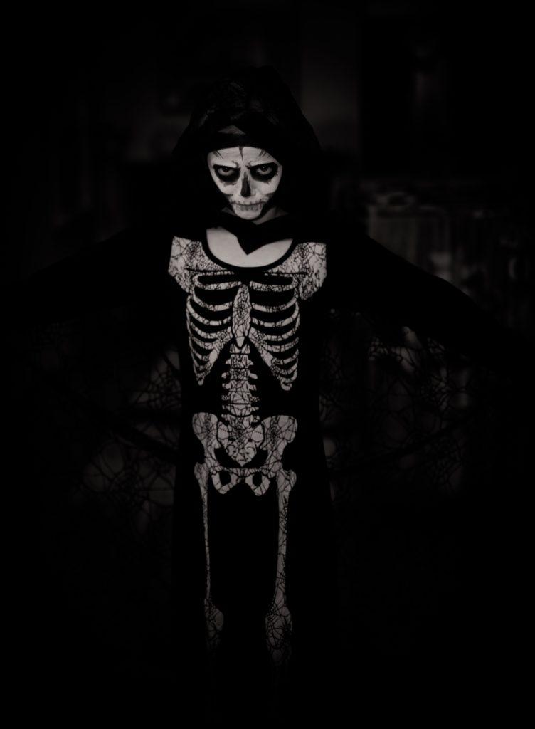 niño disfrazdo de esqueleto
