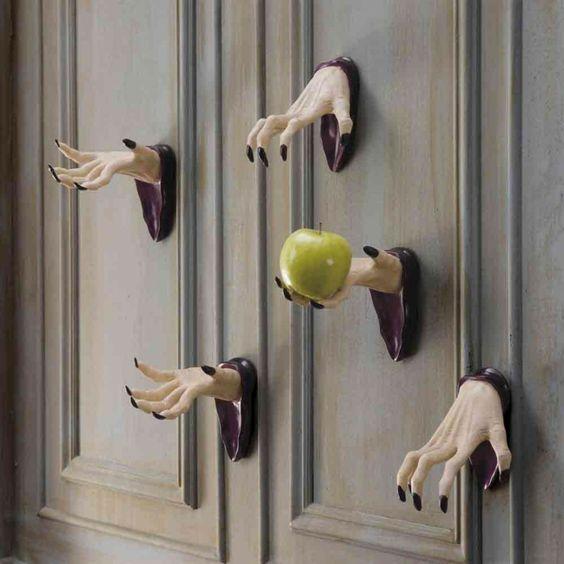 manos en puertas de halloween