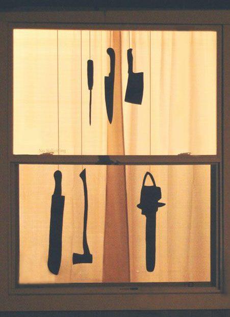 ventanas con armas colgando