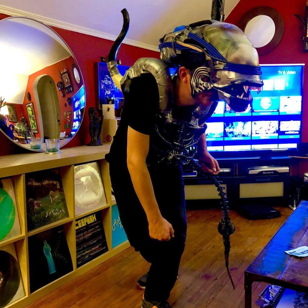 chico disfrazado de alien
