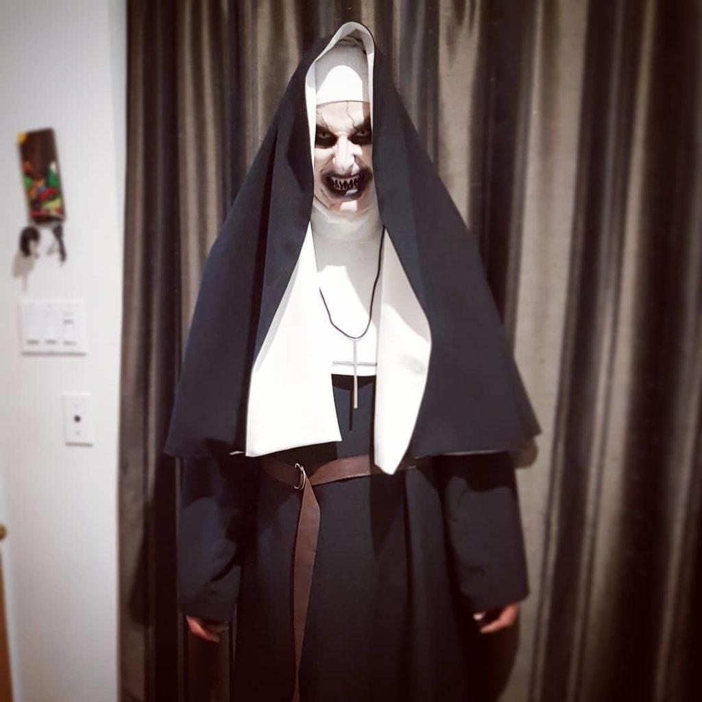 mujer disfrazada de la monja