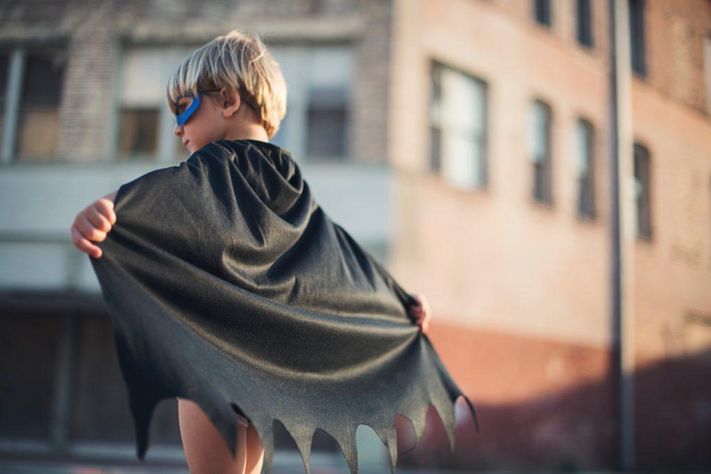 niño disfrazado de super hereo