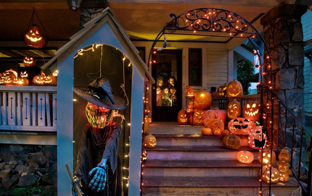 casa decorada con calabazas