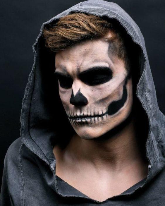 hombre maquillado de calavera
