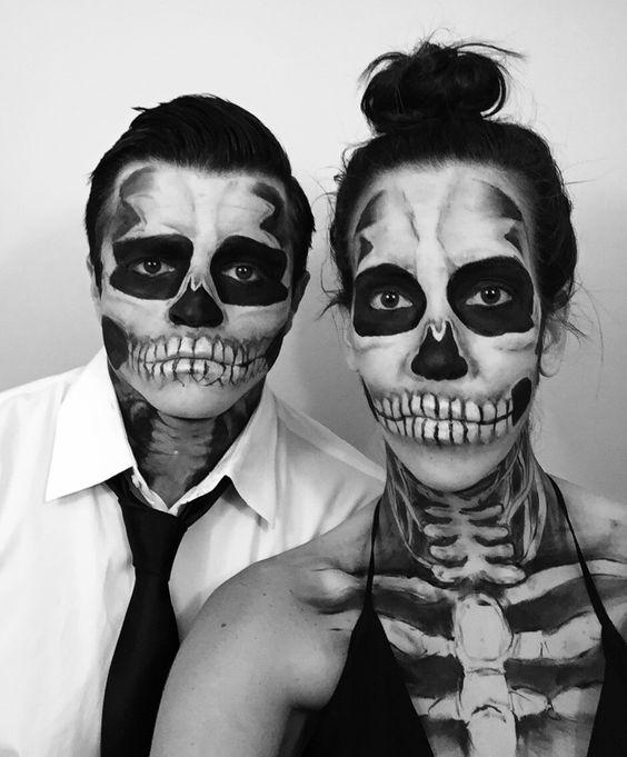 pareja maquillada de esqueletos