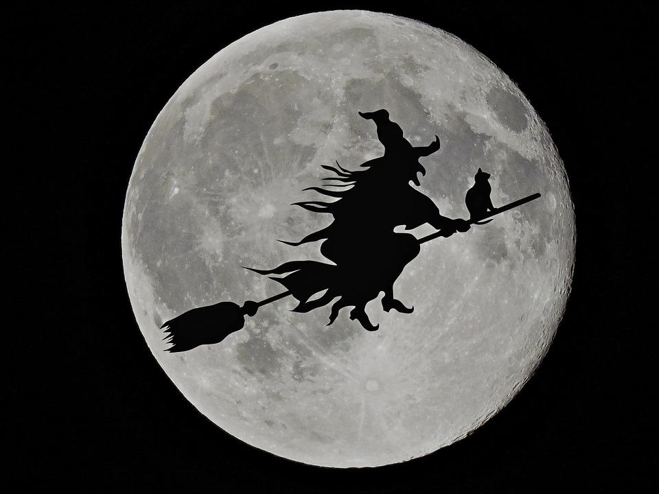 brujas volando en luna llena