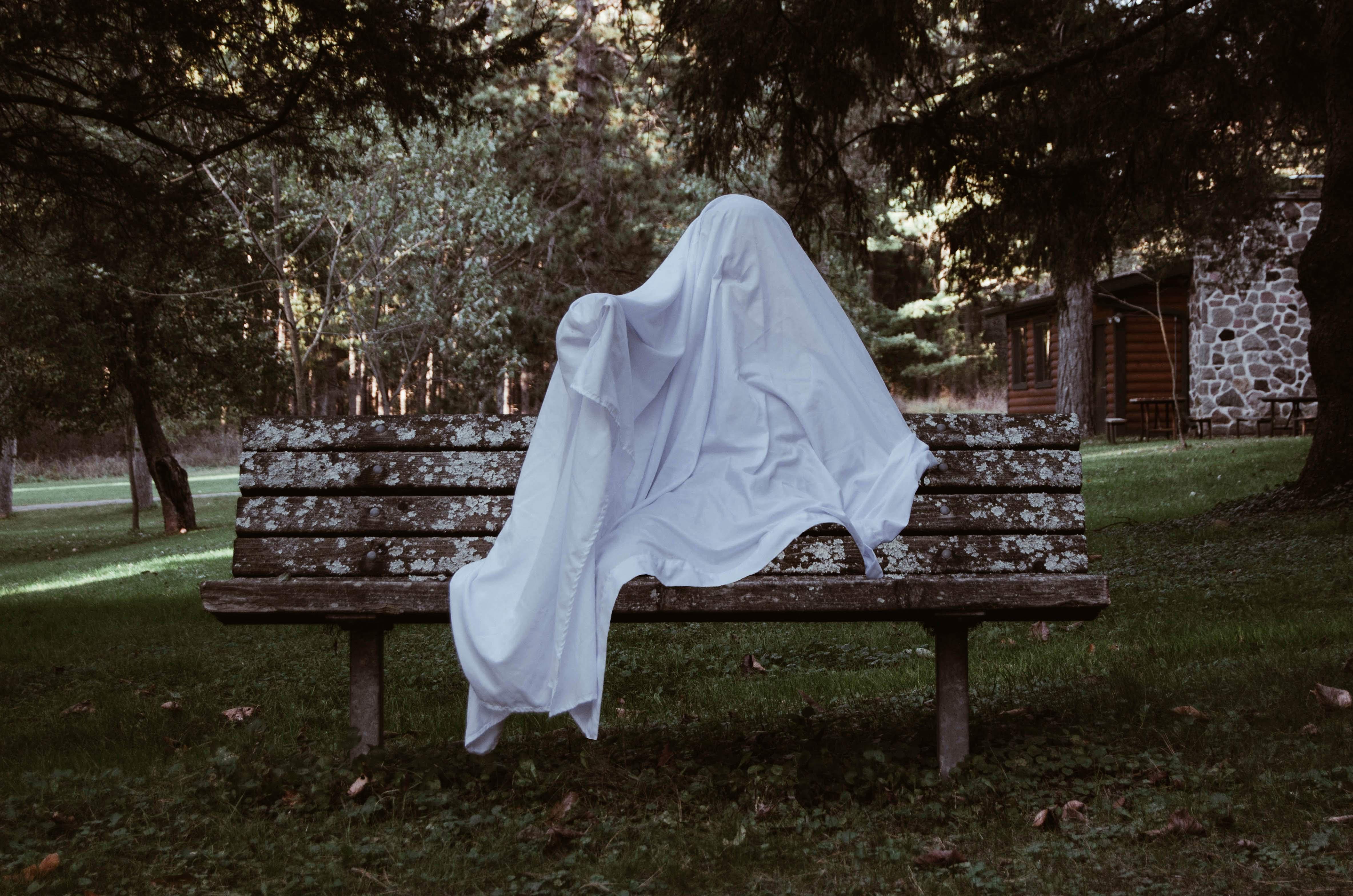 persona disfrazada de fantasma