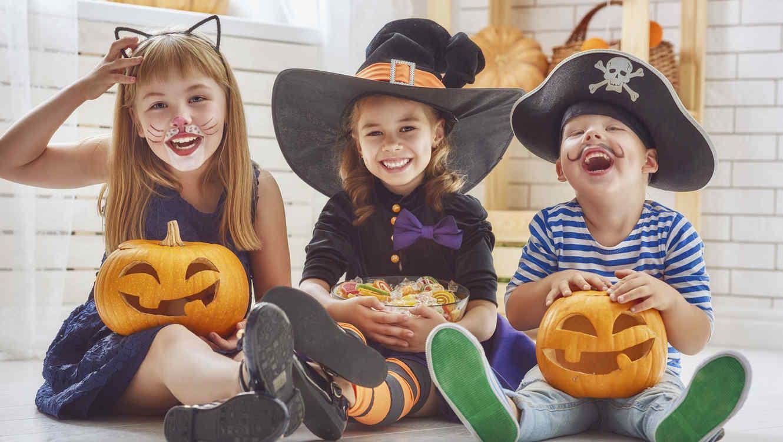 niños riendo en halloween